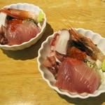 天ぷらとワイン 小島 - まずは、刺身盛り合わせ 590円(税込):鯛、ブリ、甘エビ、ツブ貝、ホタルイカ。