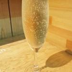 天ぷらとワイン 小島 - スパークリングワイン 490円(チリ産 ソービニヨンブラン・グラスワイン)は 、お代わりの際にグラスの交換なしで良ければ、画像のように並々に注いで頂けます。