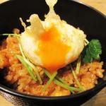 天ぷらとワイン 小島 - 名代 小海老天バラ丼 210円(税込):天丼の露に生姜を加えて 三つ葉が散らされています。半熟卵天 150円 をトッピングしてみました。もちろんトロォ~リですよネ!