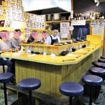 天ぷらとワイン 小島 - カウンター席。基本的に2人のお客さんはカウンター優先のようです。