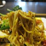 サバイサバイ - 麺はタイ式玉子麺、バミーを使用