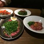 熟成焼肉 肉源 - ユッケ、ネギ塩タン、キムチの盛り合わせ