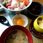 さざん亭 - 料理写真:限定20食にひかれて☆海鮮丼♪美味しかったです(๑´ڡ`๑)