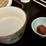 ニ八そば ひらい - 蕎麦湯(梅干し付)