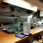 麺 みつヰ - こじんまりしたカウンターキッチンです。