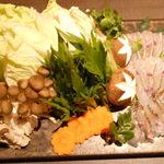 海鮮個室居酒屋 宇和之島 - 桜鯛のしゃぶしゃぶ鍋の鍋の具材