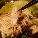 海鮮個室居酒屋 宇和之島 - 桜鯛のしゃぶしゃぶ鍋の桜鯛をしゃぶしゃぶしているところ