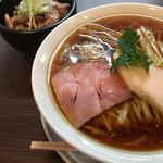 らぁ麺 紫陽花 - 醤油らぁめん炙り肉飯セット 930円(税込)(2017.05現在)