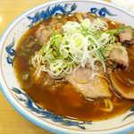 大喜 - スープはそこまで黒くなく、奥ゆかしい焦茶色。醤油も胡椒も強烈ではなく、あくまでマイルド