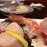 彩 - 角ちゃんの気まぐれセット(1,600円)のお造り。まぐろ、ホタテ、赤エビ、キンメ 全部美味い。