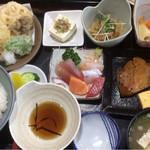 直屋 - 料理写真:よくばり定食  1060円