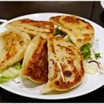中華菜館 水蓮月 - ロータスムーン特製鉄板太餃子/5コ 1200円 分厚い皮が美味いドデカギョーザ。