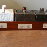 天ぷらと泡 ぱちぱち - 天ぷらは付け合せの天つゆと三種類の塩が卓上にあります