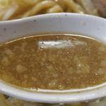 らーめん大 - 早速、スープを啜ってみると、甘めの味わいにプラスして、ニボニボしさ全開な荒々しい味わい。あとから脂ギッシュな風味も感じられ、バッチリと二郎インスパイア系な雰囲気も感じられます。