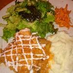 スラヴ料理 カフェアリョンカ - ランチ。鶏肉のトマトクリームソース煮マッシュポテト、サラダ、ニンジンの香り漬け。