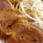 豚星。 - チャーシューは豚バラの脂がトロトロになり、食べ過ぎなければ美味しいです。スープの味は豚には負けないものの、麺や出汁の味はしなく、塩分と脂が押し寄せます。二郎とラーメンは別物です。