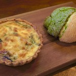 CAFE Uchi - キッシュセット(キッシュ&手ごねパン(米粉抹茶メロンパン)