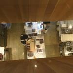 ダンデライオン・チョコレート ファクトリー&カフェ蔵前 - ビッグ・テーブルから望める工房風景