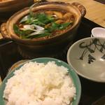 まことや - 料理写真:かしわ味噌煮込みうどん ¥920 椎茸トッピング ¥50 ご飯(小) ¥250