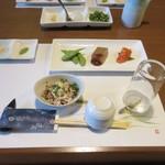 芝 - 最初は酢モツとおつまみの3点盛り、博多の名物の辛子明太子もおつまみには使ってありました。