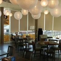 コモド カフェ&ダイニング - お洒落な空間をお楽しみください