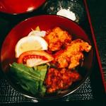 らーめん山猫亭 - 作り置き?の唐揚げにはお野菜も少々。唐揚げ丼も+250円。