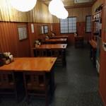 甚五郎 - 店内奥のテーブル席