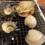 港の牡蠣センター カキ小屋 - 貝を焼いてます