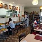カフェと印度家庭料理 レカ - レカ 葛西本店 @東葛西 店内 レカママが販売品のマンゴーを並べています
