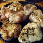 鳥椿 - 「名物鳥焼き」(塩)タレ焼きもあります。
