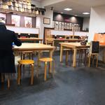 さか枝うどん - 店内。手前がテーブル席で、その向うがカウンター。