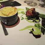 レストラン 間 - 「そら豆と蟹のスフレ、フォアグラのポワレを添えて」