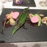 レストラン 間 - 「仔牛のベーコン巻き、マスタードと浅利の2色のソース」