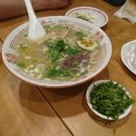 羊香味坊 - 魚羊麺と薬味パクチー