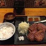 牛カツのタケル - 牛カツ1ポンド定食(2800円)