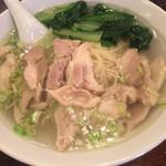 三和楼 - 鳥そば。青菜と鶏肉がたっぷり。