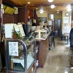 カフェ・カルディー - レトロな店内。先に注文・支払いです