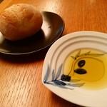 坂の上レストラン - ふっくらパンと美味しいオリーブオイル