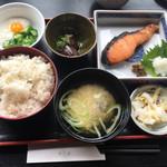 67632551 - 今日のお魚ランチ680円。銀鮭の西京漬け ナスの素揚げ オクラとろろ。