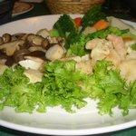 6797561 - チーズフォンデュ付け合せの野菜ときのことエビのフリット計1700円