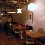 アドリアーノ - 右に、テーブル席(奥に、ソファー席)