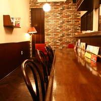 カフェ ジータ - 落ち着ける広いカウンター