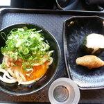 讃岐うどん大使 福岡麺通団 - 細君のネバネバ卵うどん420円、おむすび100円とおいなりさん100円