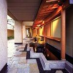 桜坂 観山荘 - 水の流れる音も心地よい玄関前のアプローチ