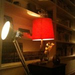 TAO CAFE - 本棚には本がズラリ。赤いランプが印象的です。
