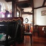 楽日庵 - お店の真ん中にピアノと奥に半個室があります。