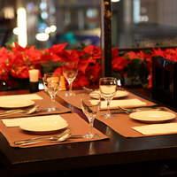 気品ある店内で本格洋食をごゆっくりお楽しみください。