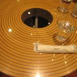 クラブハリエ B-スタジオ - バームクーヘン型のテーブル