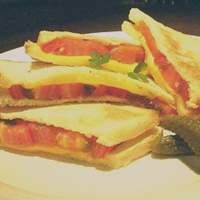 いるか喫茶バー - トマトチーズトースト村上レシピ風 ¥700 創業以来いつも一番人気のフードメニュー