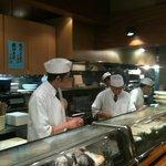 村上水軍 - 【2011/3再訪】職人さん達です。今日も美味しい料理をお願いしま~す。